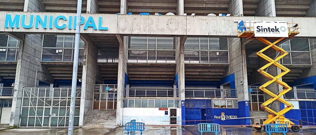 La fachada del estadio, ayer, mientras retiraban las letras del nombre. | LNE