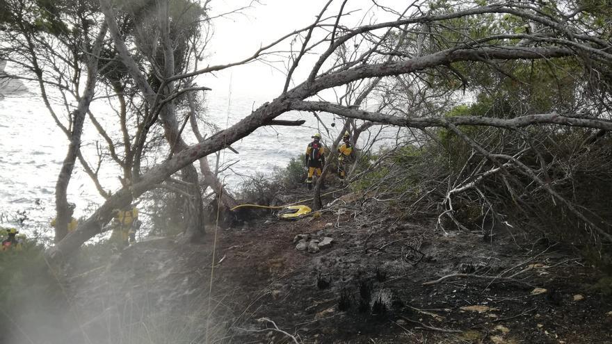Extinguen un fuego forestal en es Caló des Moro