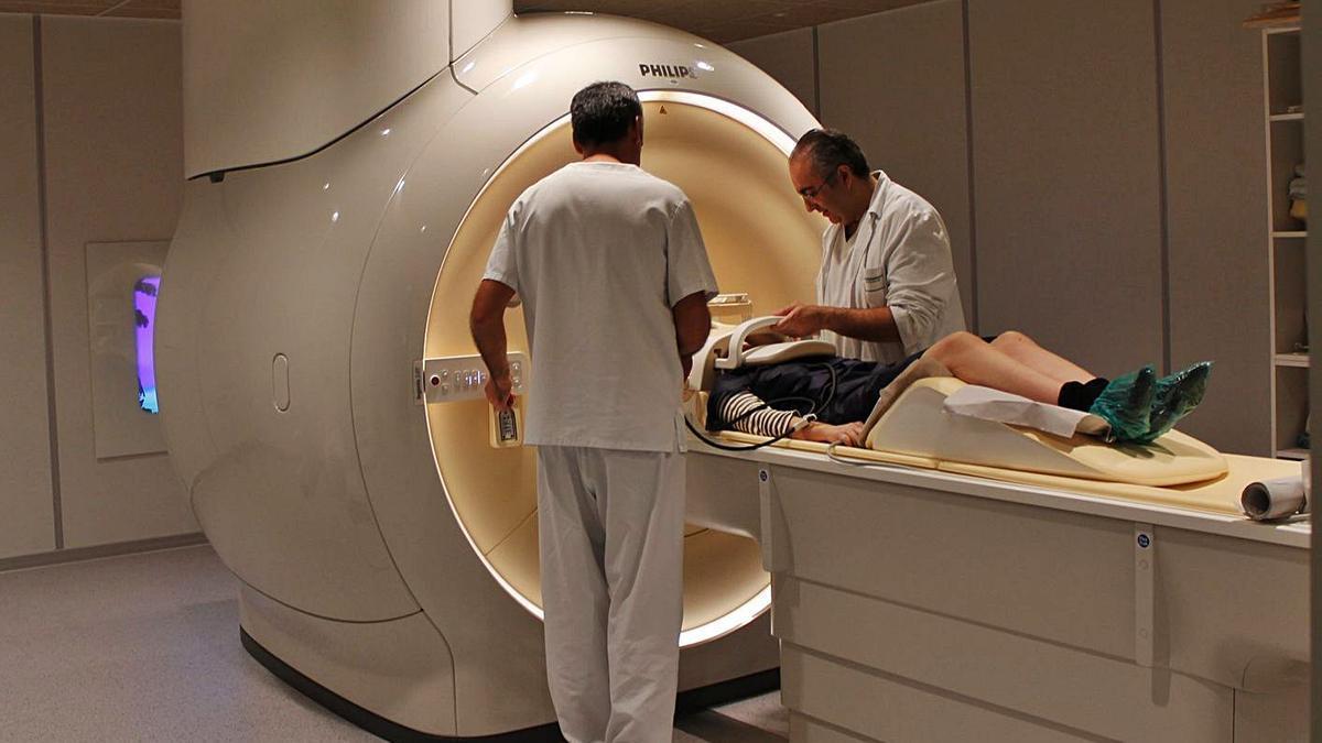 Un paciente se somete a una resonancia en un hospital del Sergas.     // L.O.