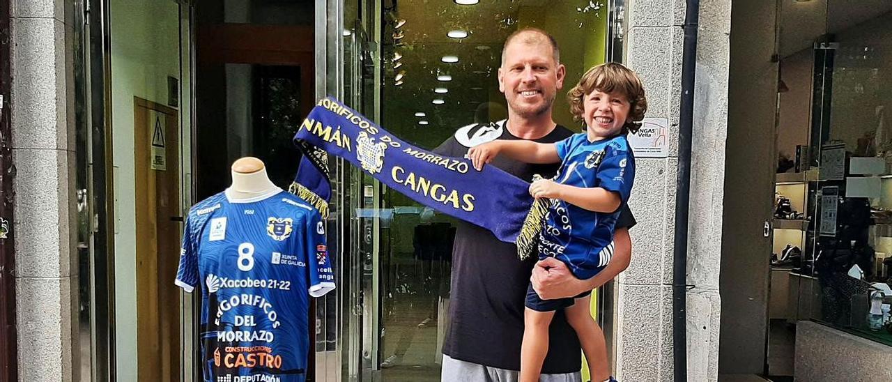El portero Javi Díaz, con su hijo Marco, ayer delante de la oficina de socios del Balonmán Cangas, en el Paseo de Eugenio Sequeiros. |  // FDV