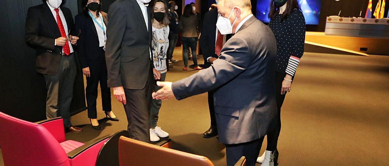 El alcalde habla con el director del CEU en Elche, Paco Sánchez, en la visita del miércoles.