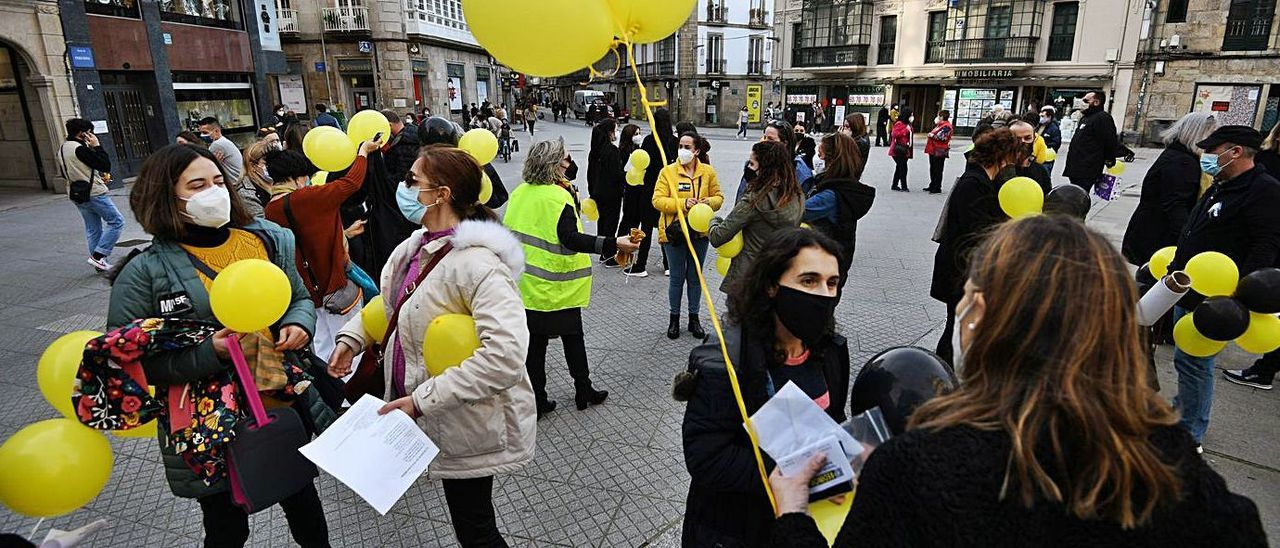 Protesta en Pontevedra contra la temporalidad laboral en las administraciones públicas.     // GUSTAVO SANTOS