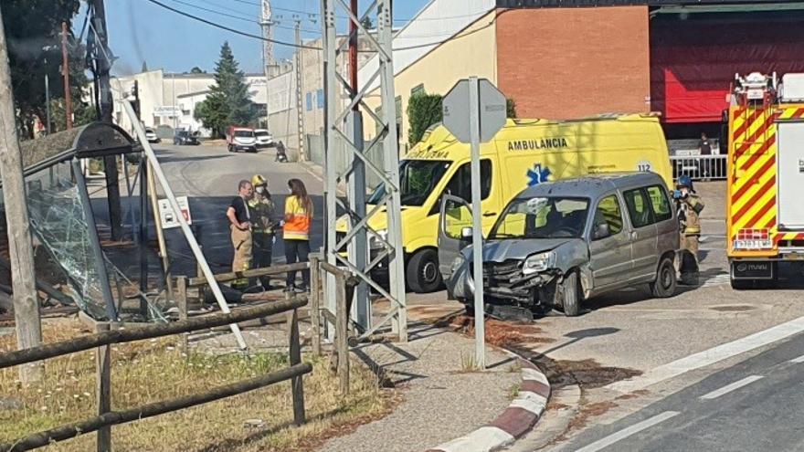 Un cotxe s'encasta contra una parada del bus a Aiguaviva