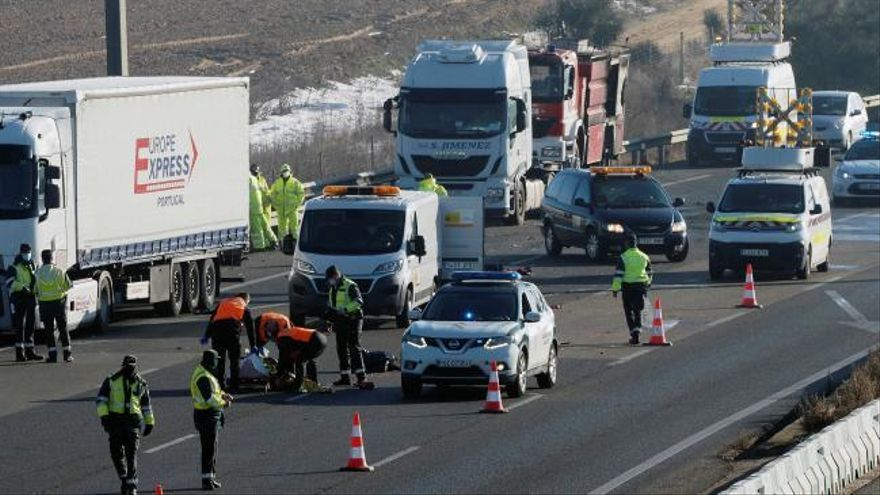 Mueren tres camioneros atropellados mientras auxiliaban un accidente en Valladolid