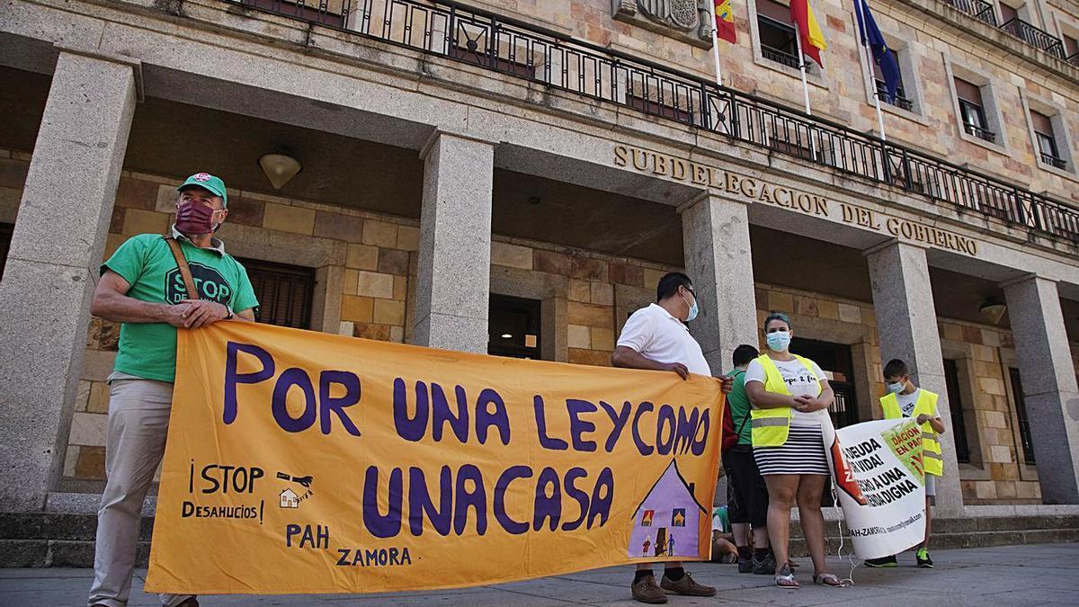 Integrantes de la PAH concentrados ante la Subdelegación del Gobierno.   Jose Luis Fernández