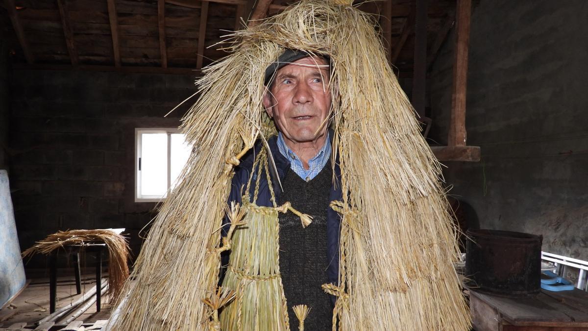 Celso Ferreira con una curucha en el taller de su casa en Vilar, Calvos de Randín. // FERNANDO CASANOVA