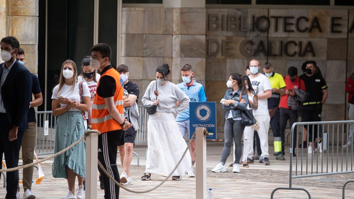 Varios jóvenes acuden a un dispositivo de vacunación contra la Covid-19 en Santiago de Compostela.