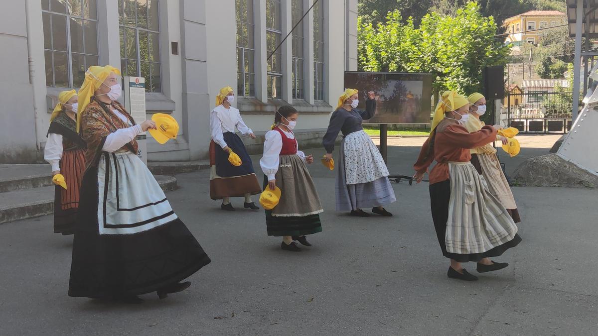 """El grupo de baile """"L'Enguedeyu"""", en una actuación en el pozo San Luis"""