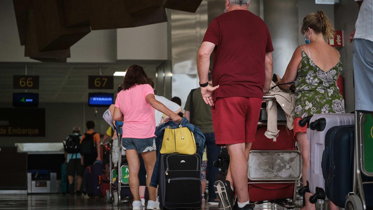 Turistas en el aeropuerto de Tenerife Sur.