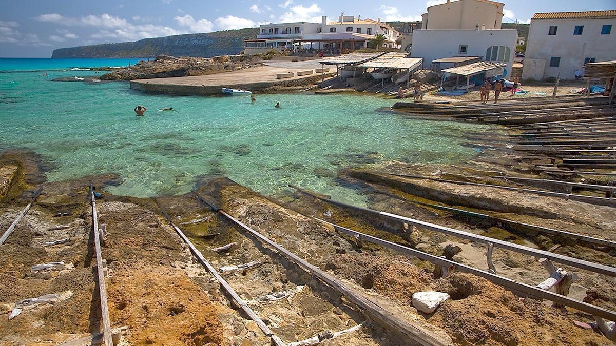 Es Caló, con sus aguas transparentes y las tradicionales embarcaciones de pesca  a cubierto, es un lugar perfecto para olvidarse de la rutina