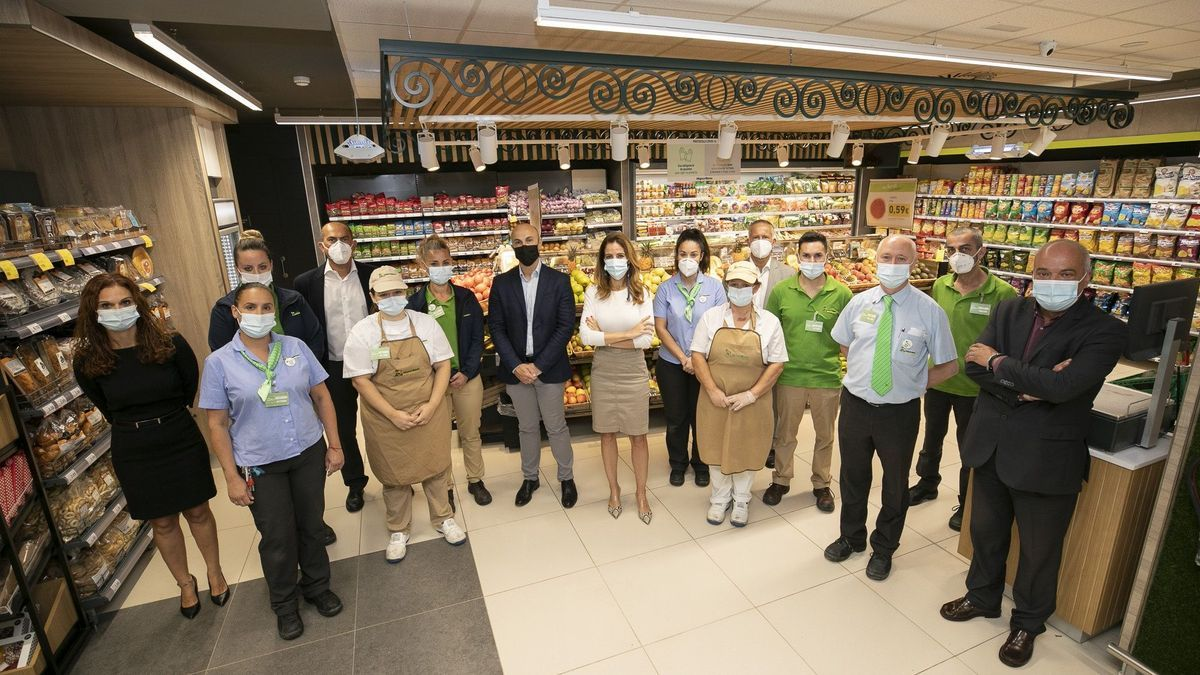Olivia Llorca, Commercial and Operations Director, and Carlos García, Marketing and Communication Director, accompanied by part of the store's staff