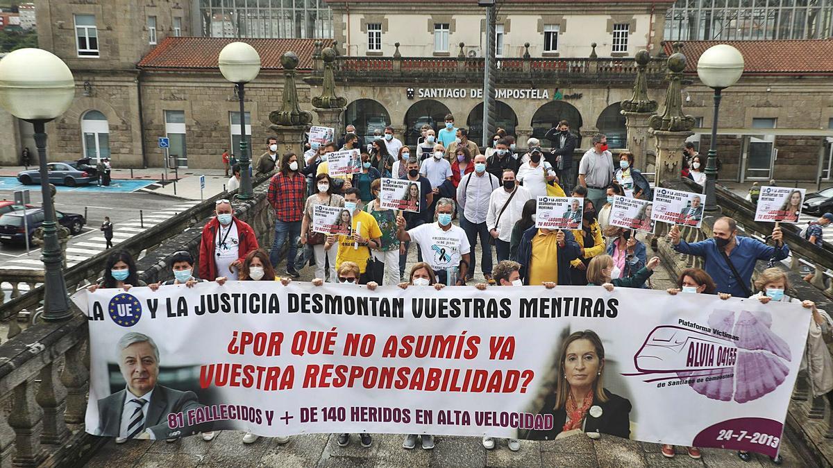 Familiares y víctimas del Alvia, ayer en la manifestación en la estación de tren de Santiago. |   // XOÁN ÁLVAREZ