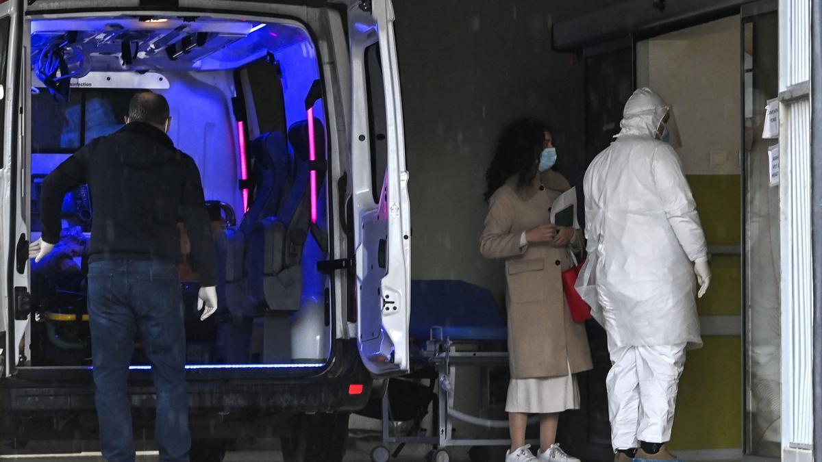 Una ambulancia traslada a una paciente de covid