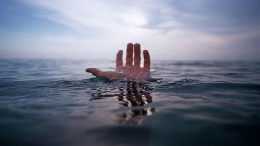Sobrevive durante horas flotando a la deriva en el mar