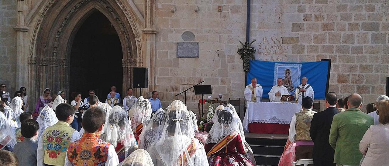 La Missa d'Infants del 2015 fue la última vez que las fallas tuvieron un papel destacado en el acto de la Verge dels Desemparats. | MIGUEL PÉREZ