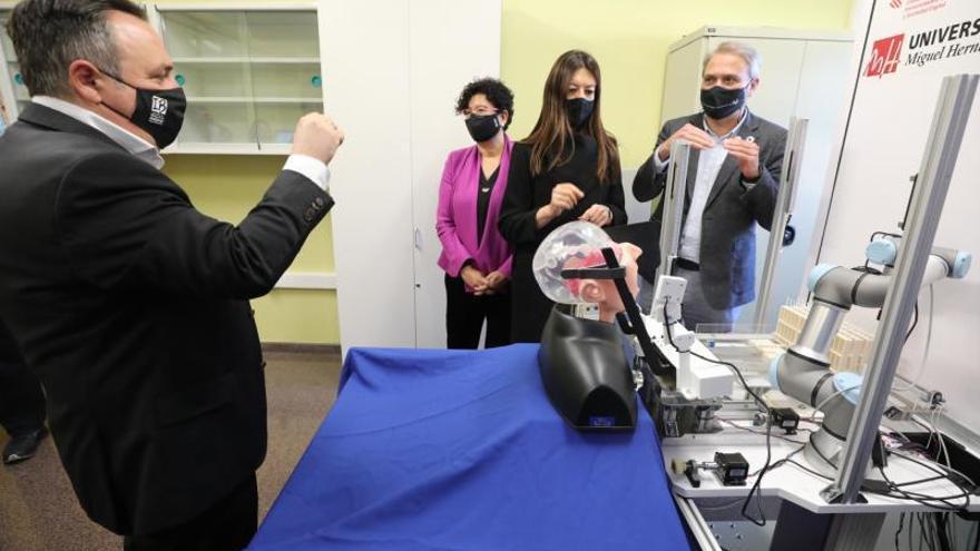 La UMH presenta un robot capaz de tomar muestras para hacer test de coronavirus