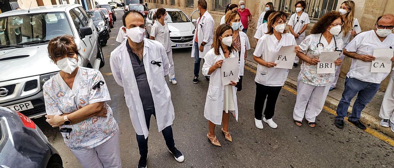 Sanitarios cortando la calle ante el Centro de Especialidades La Fábrica de Alcoy. |