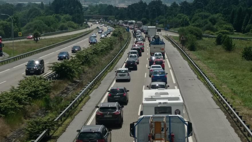 """Monumental atasco en la autopista """"Y"""": decenas de conductores asturianos, de nuevo atrapados"""