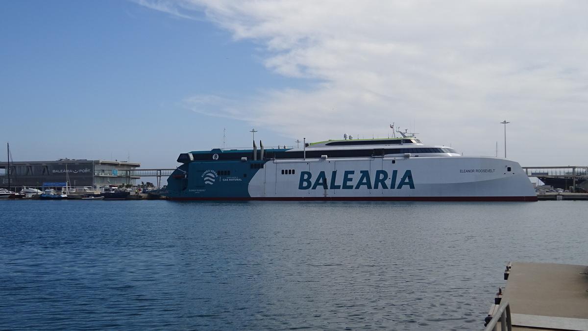 El buque Eleanor Roosevelt, atracado en el puerto de Dénia