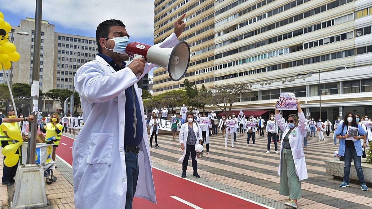 Un médico, ayer, habla a sus compañeros, en la concentración delante de Presidencia del Gobierno, en la capital. | | ANDRÉS CRUZ