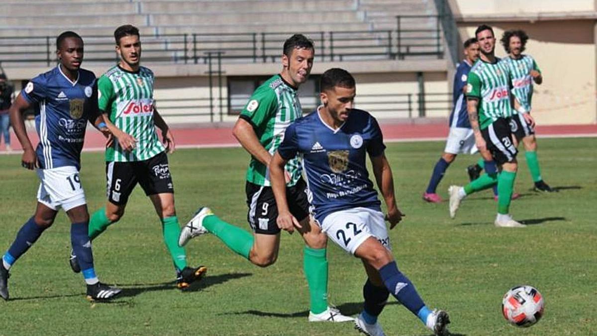 El local Pedro Alemán despeja un balón; detrás el goleador del partido, el visitante Diego Cervero.     GABRIEL ARBELO