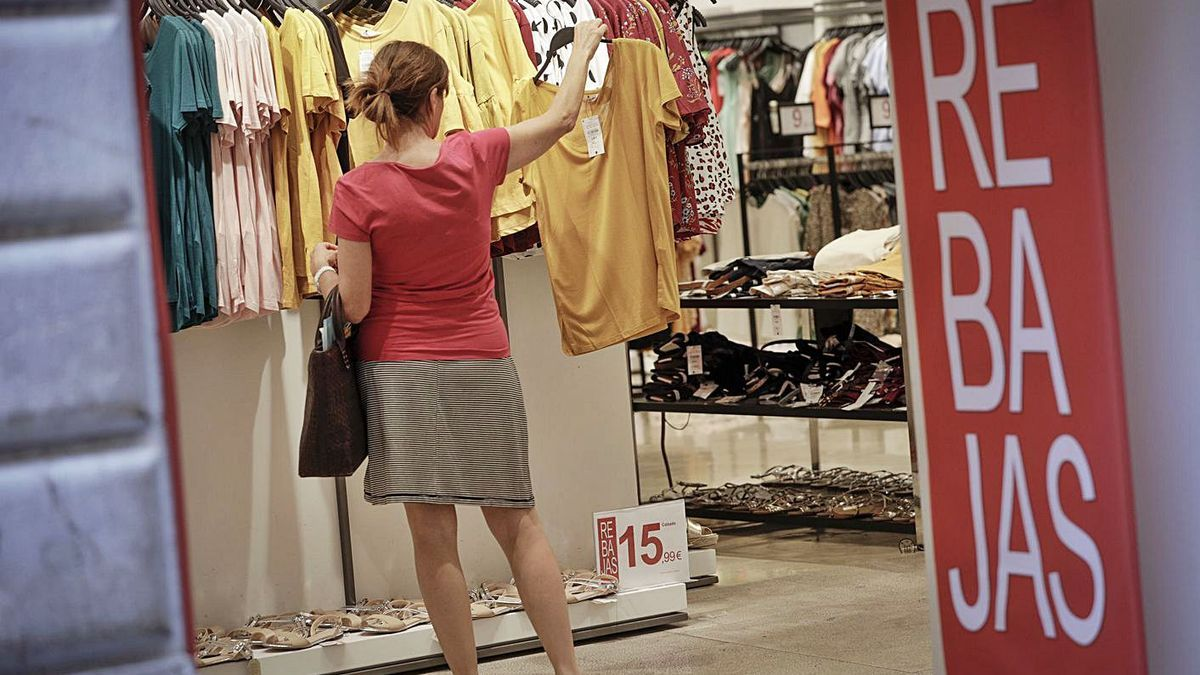 Una mujer comprando en rebajas en el verano de 2019.