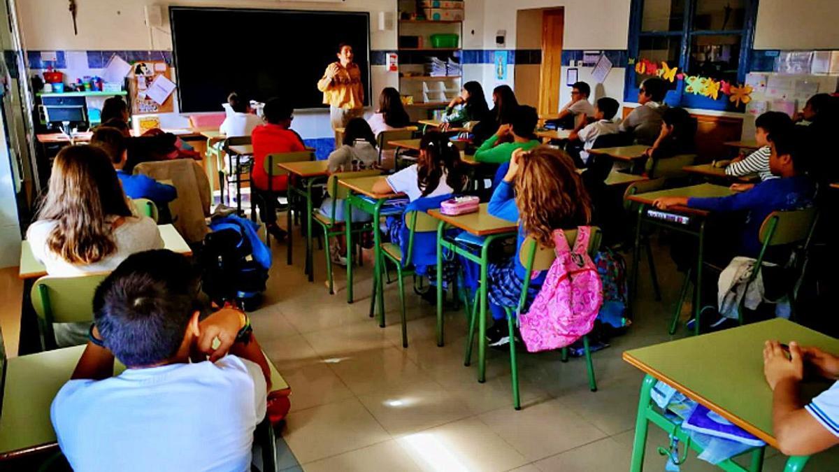 Niños en un aula durante los primeros meses del pasado curso, antes de la pandemia.   E. P.