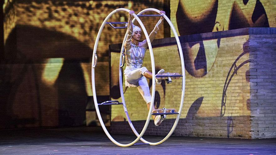 El espectáculo       de equilibrio y acrobacia «Al Aire» abre el Off Romà