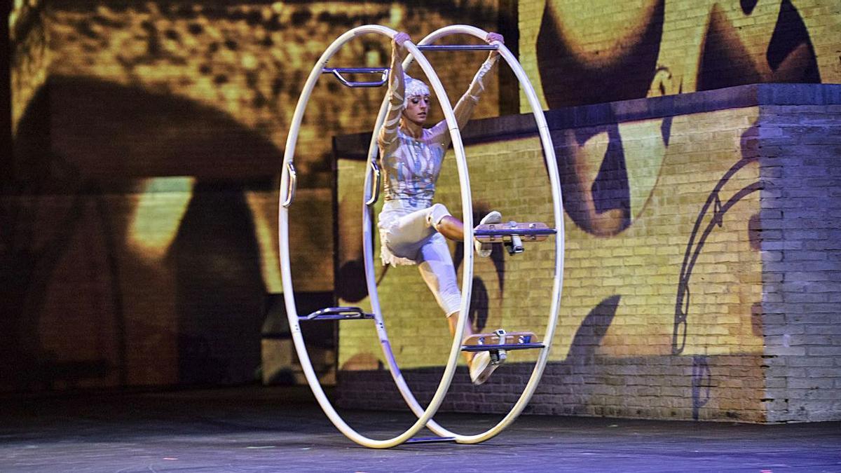 El espectáculo       de equilibrio y acrobacia «Al Aire» abre el Off Romà | PROVI MORILLAS