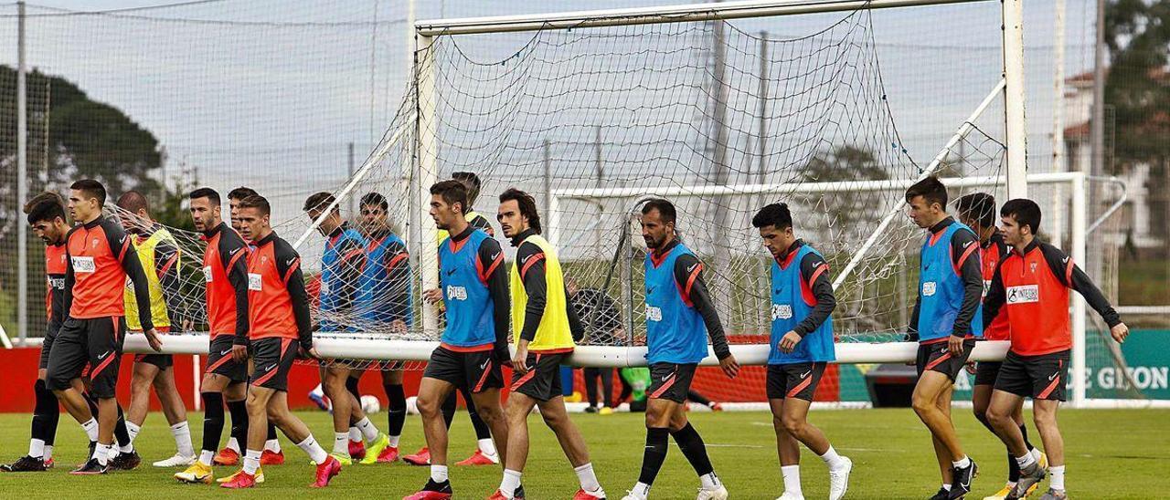 Los jugadores del Sporting trasladan una portería durante el entrenamiento de ayer en Mareo.