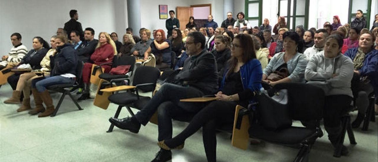 Un momento del acto de la presentación del plan de empleo social en Desarrollo Local. A la izquierda, los concejales Gregorio Viera y Natalia Santana.