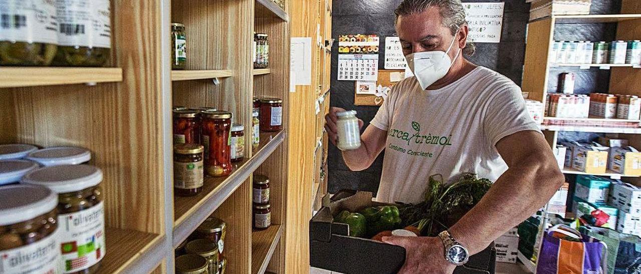 Rafael, profesor de jardinería, compra todos sus alimentos con garantía de origen cercano. ALEX DOMÍNGUEZ