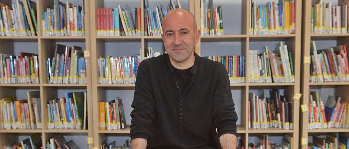Paulo Nogueira, na biblioteca do CEIP As Covas, en Meaño.
