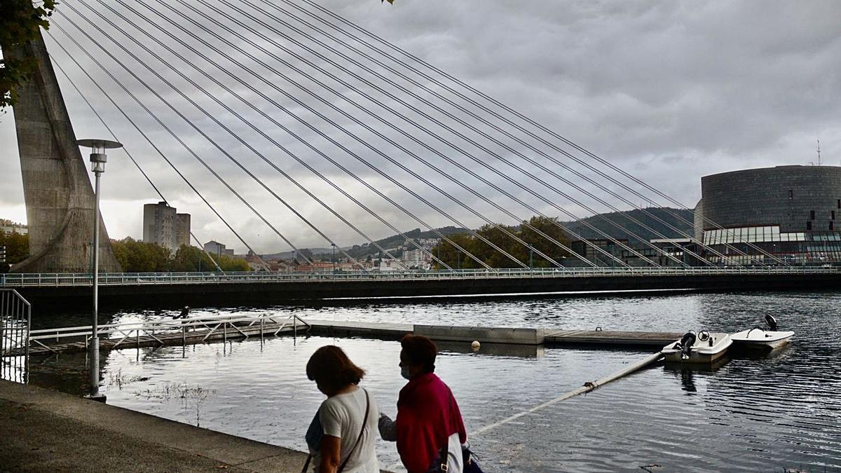 Una vista del río Lérez con el puente de los Tirantes. |  // RAFA VÁZQUEZ