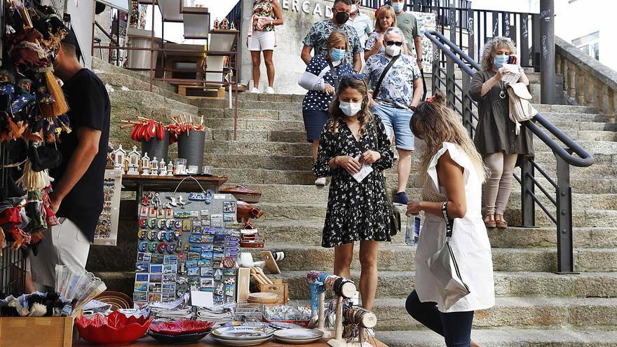 """Las tiendas de """"souvenirs"""" de A Pedra: """"Un año para llorar"""""""