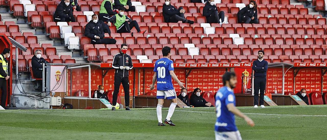 Imagen del último derbi Sporting-Oviedo, con la grada vacía a excepción de los suplentes rojiblancos. |