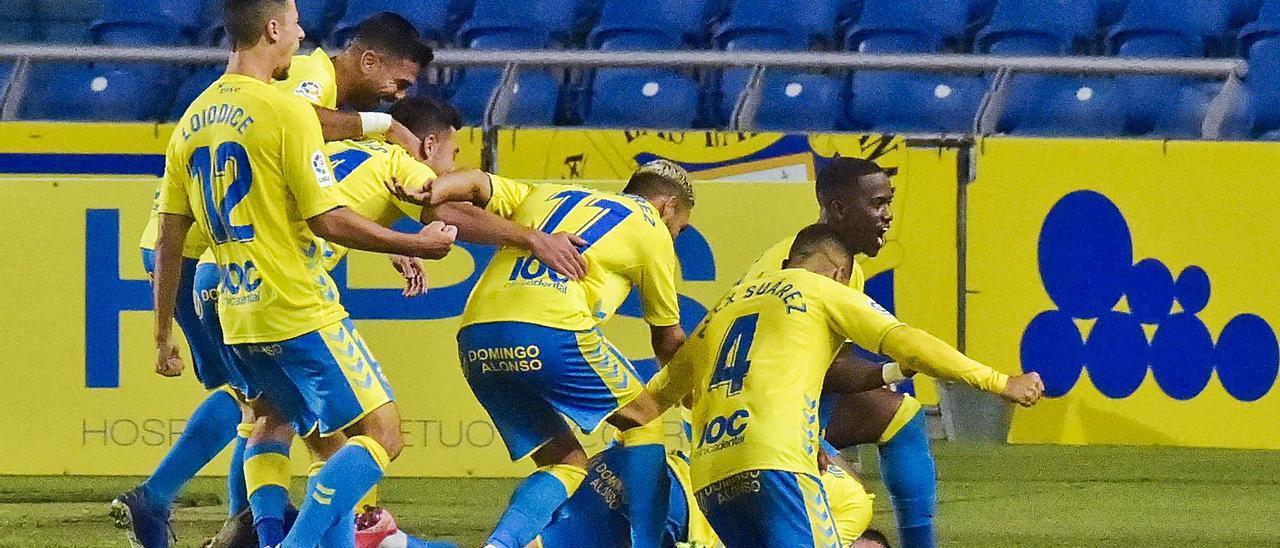 Los jugadores de la UD Las Palmas celebran el gol en propia puerta de Adrián Ortolá, portero del CD Tenerife, el domingo pasado en el Gran Canaria.