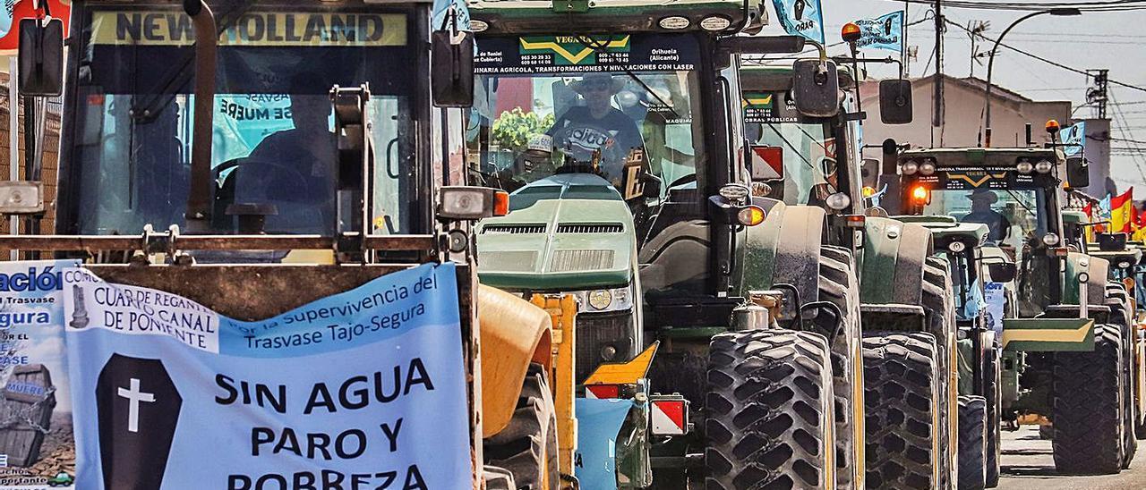 Agricultores en la «tractorada»  de protesta. | TONY SEVILLA