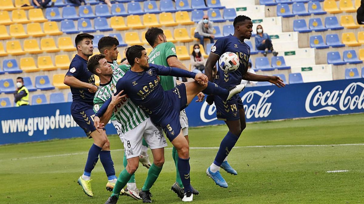 Josete y Admonio luchan por despejar la pelota del área contra el Atlético Sanluqueño.   JUAN CARLOS CAVAL