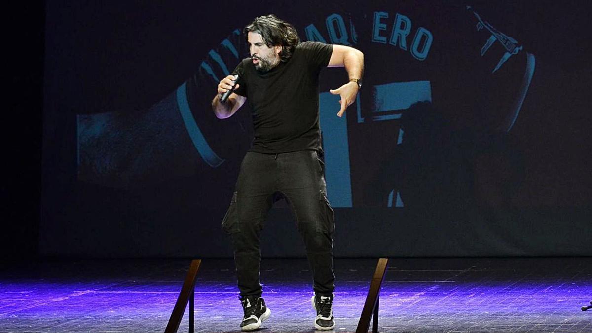 JJ Vaquero durante el monólogo de ayer en el Teatro Reina Sofía de Benavente.   E. P.