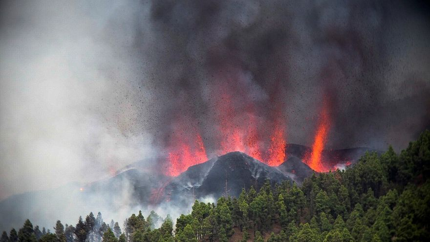Directo | Entra en erupción un volcán en La Palma y la lava alcanza a las primeras viviendas