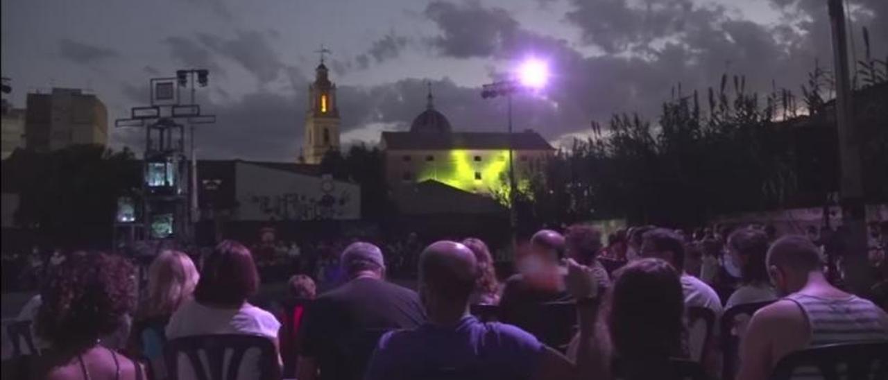 El público asiste a una de las representaciones con los Molíns del Passiego como telón de fondo.   LEVANTE-EMV