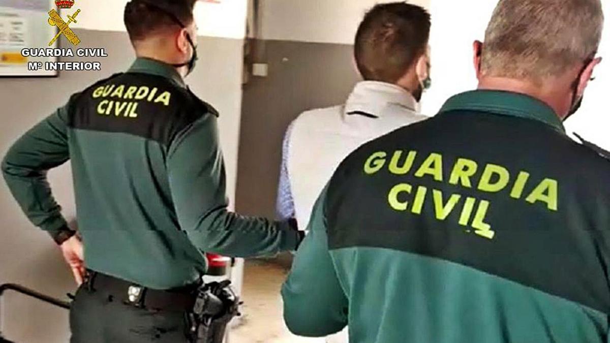 Agentes de la Guardia Civil detienen al presunto autor de varios delitos de robo con violencia.