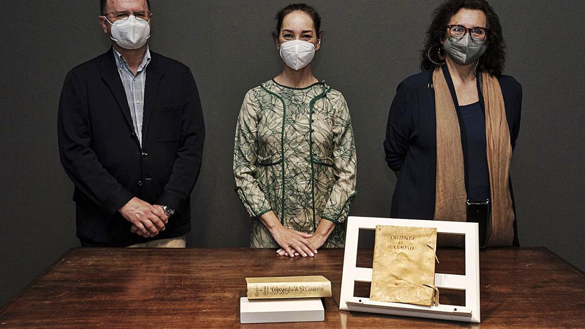 De izquierda a derecha, Juan Gómez-Pamo, Guacimara Medina y Elena Acosta, con los manuscritos. | | ÁNGEL MEDINA