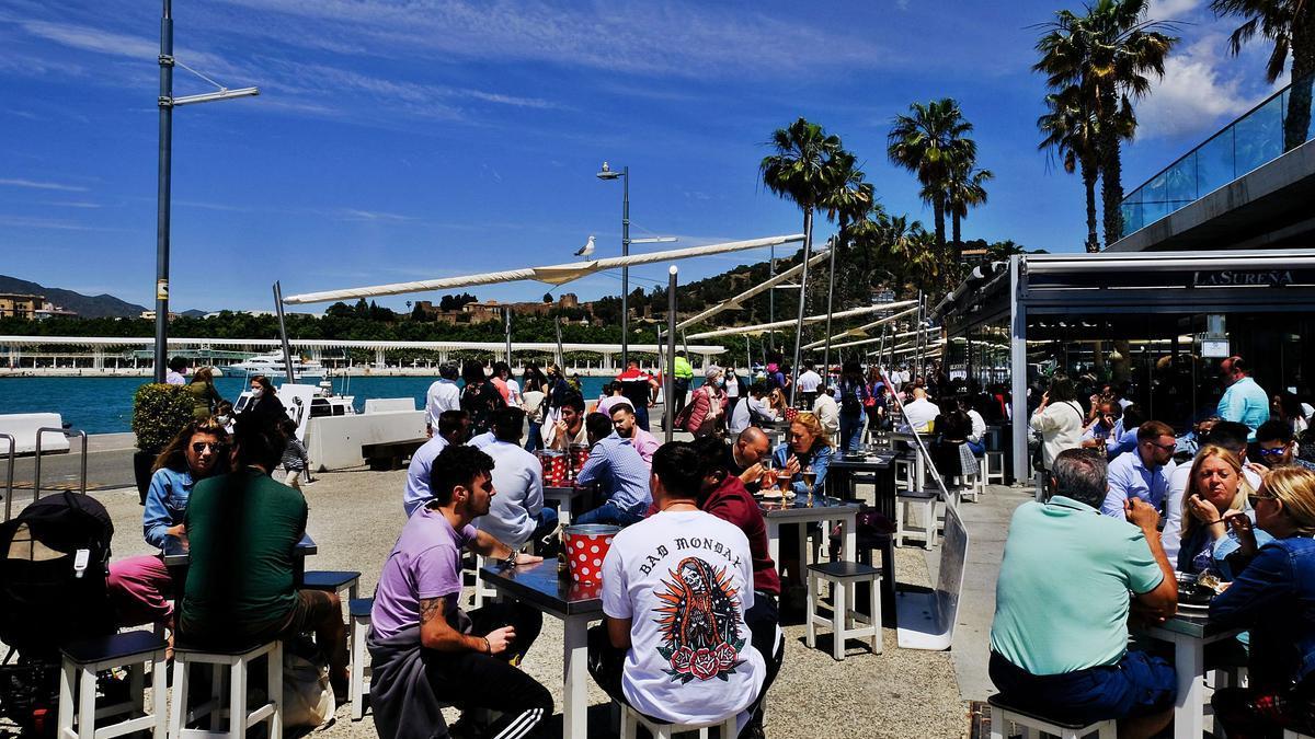 Las terrazas se llenaron de clientes en el Muelle Uno en un fin de semana en el que el tiempo también acompañó