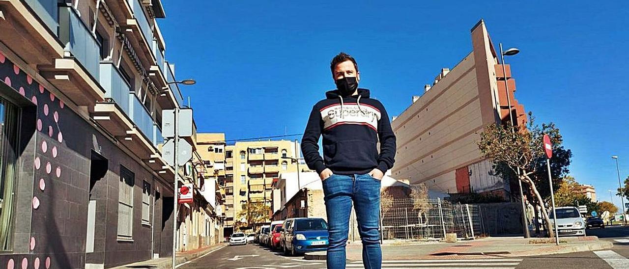 El joven que iba a comprar la casa que se quedó el Ayuntamiento, en la zona donde está la vivienda, que aún está sin vender. | INFORMACIÓN