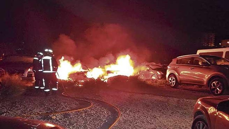 Un incendio destruye tres coches en Eivissa