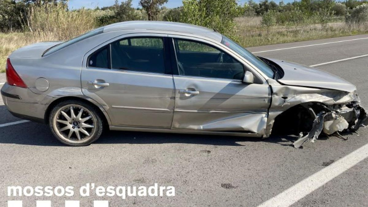 Un vehicle accidentat a Pont de Molins després que el conductor begut sortís de la via el 18 d'abril de 2021.