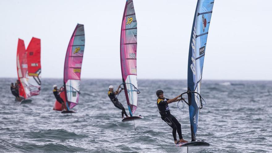 Els millors windsurfistes del món «volen» amb la tramuntana al Gran Premi Catalunya-Costa Brava
