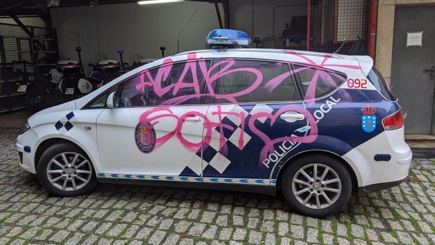 Pintan de rosa un coche de la Policía Local junto al cuartel